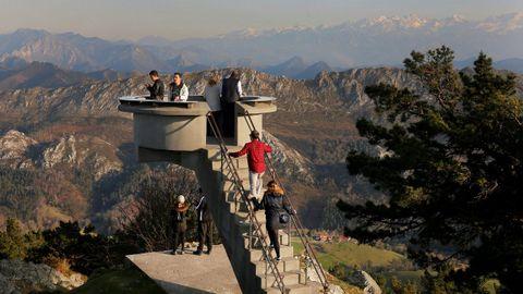 Turistas en el Mirador del Fito con los Picos de Europa al fondo