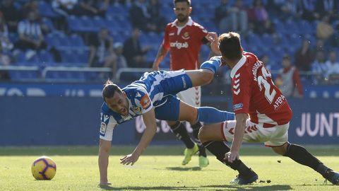 Quique cae al suelo en un lance del partido del sábado contra el Nàstic