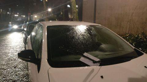 Amanecen decenas de vehículos con daños en el barrio de Fontiñas