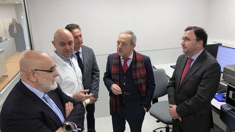 Wenceslao López, alcalde de Oviedo, durante su visita a Laboratorio Central de Calidad de Aguas de Oviedo