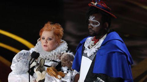 Melissa McCarthy y  Brian Tyree Henry presentaron el premio al mejor vestuario, que fue para  Black Panther