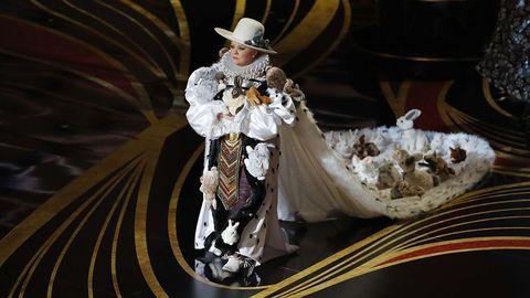 Melissa McCarthy presenta el Óscar al mejor vestuario