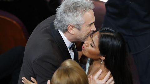 Alfonso Cuaron Y Yalitza Aparicio se abrazan después de ganar el director el Óscar a la mejor fotografía
