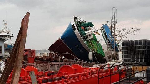Cae un pesquero de 34 metros mientras lo reparaban en el puerto de Oza