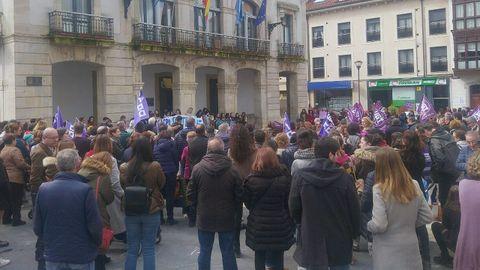 Concentración por el 8-M en la plaza del ayuntamiento en Pola de Siero