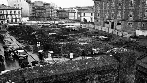Trabajos de excavación en la Praza de Ferrol