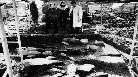 Vicente Quiroga (a la derecha) y Alfredo Mosteirín (izquierda), inspeccionando restos hallados en Santo Domingo