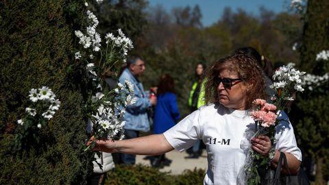 Una mujer, en el acto de recuerdo en el Retiro a los muertos el 11M
