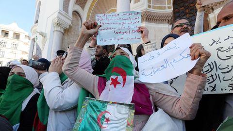 Protestas Argelia.Varias mujeres protestan frente a un edificio en Argel