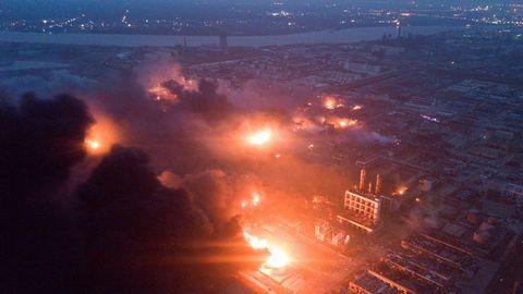 La explosión provocó una enorme bola de fuego de varias decenas de metros de alto y una espesa columna de humo gris, según imágenes difundidas en redes sociales