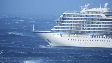 El barco noruego se encuentra a unos dos kilómetros de la costa