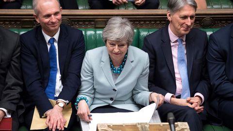 May, flanqueada por miembros de su Gabinete durante  la larga jornada en la Cámara de  los Comunes