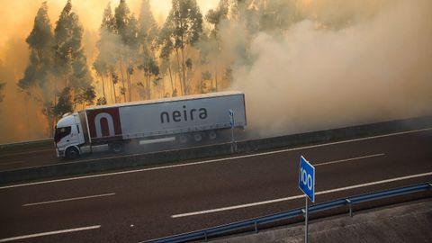 Imágenes del incendio de Rianxo a su paso por la autovía de Barbanza, que ha tenido que ser cortada en el tramo comprendido entra los enlaces de Rianxo e Isorna por falta de visibilidad.