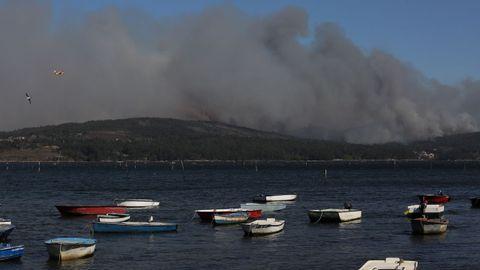 Así se ve el incendio de Rianxo desde Carril, Vilagarcía