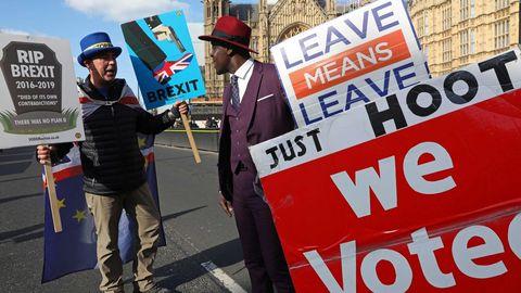 Activista contra el brexit se manifiestan frente al Parlamento de Westminster