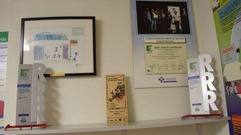 El rincón de los reconocimientos, con los premios europeos de la Semana Europea de Prevención de Residuos, un dibujo de la escuela de Mozambique en la que realizaron una instalación eléctrica o el segundo premio recibido en Budapest en 2015