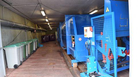 Compactadora de basura. Al fondo los contenedores generales de residuos peligrosos