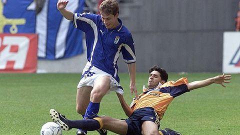 Jaime y Valerón disputan un balón en el Oviedo-Deportivo de 2001