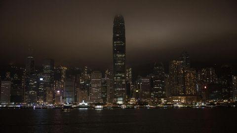Aspecto del «sky line» de Hong Kong, mucho menos luminoso de lo habitual