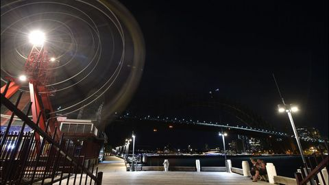 El puerto australiano de Sydney, con el puente y la ópera al fondo en pleno apagón