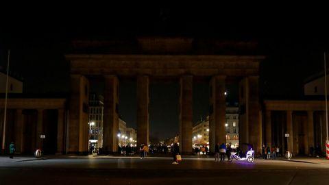 La berlinesa puerta de Brandemburgo, con su iluminación apagada