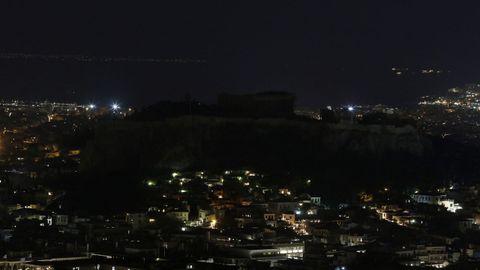 La Acrópolis, presidiendo la ciudad de Atenas en la penumbra