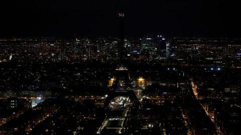 Imagen de un París desconocido, con la luz de su torre Eiffel desconectada