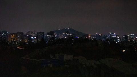 La histórica muralla fortificada de Seúl, a oscuras