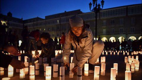 Encendido de velas solidarias en la coruñesa plaza de María Pita, siguiendo la iniciativa de la «Hora del planeta» contra el cambio climático
