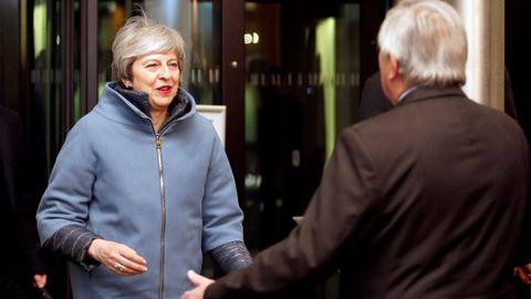 Theresa May, con el abrigo azul, durante su reunión en Estrasburgo con Jean-Claude Juncker el pasado 11 de marzo