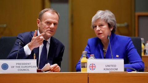 Theresa May conversa con Donald Tusk durante una reunión en Bruselas en noviembre del 2018