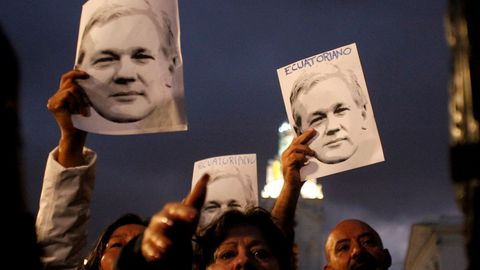 Un grupo de ciudadanos se manifiestan en apoyo de Assange en Quito
