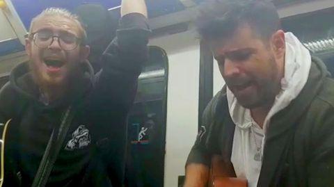 Pablo López actúa en el metro de Madrid