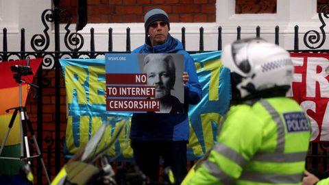 Manifestación en apoyo de Assange ante la embajada de Ecuador en Londres