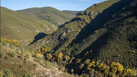 En la imagen, las devesas de Mazales y do Cervo. Abajo, el río Soldón que recorre la zona
