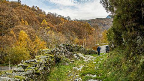 Desde la aldea de A Seara parte una ruta que conduce hasta A Lucenza, entre las montañas de la Serra do Courel