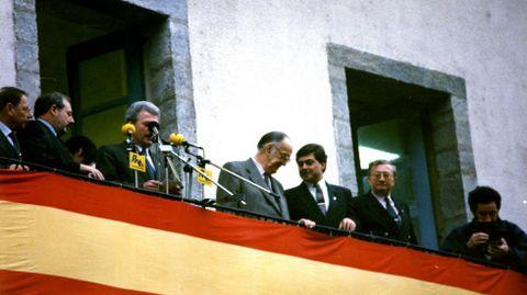 Camilo José Cela en el balcón de la casa consistorial de Quiroga -con el alcalde Julio Álvarez a su derecha-, disponiéndose a pronunciar el pregón inaugural de la Feira do Viño