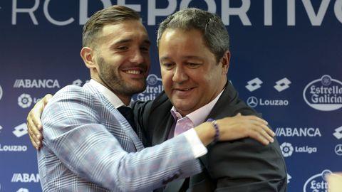 Tino Fernández se abraza con Lucas Pérez el día en el que el delantero anunciaba su marcha al Arsenal. Fue uno de los grandes aciertos de Tino cuando llegó de Ucrania, pero su segunda etapa en el club fue un fracaso que le pasó factura