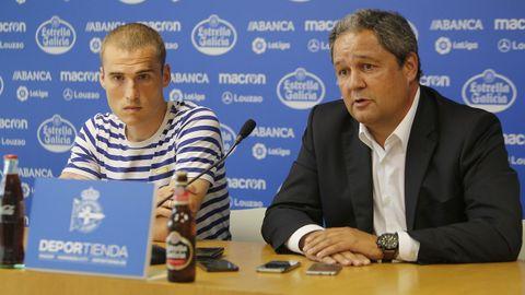 Tino Fernández junto a Álex Bergantiños el día que el centrocampista se marchaba de la disciplina coruñesa rumbo al Sporting de Gijón.
