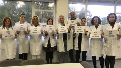 Protesta contra los sindicatos en el centro de salud de Mos por desconvocar la huelga de atención primaria