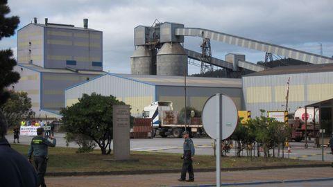Alcoa cerrará parcialmente las fábricas de A Coruña y de Avilés en julio si no logra venderlas antes; en la foto, la de San Cibrao, que se salvaría de esta quema