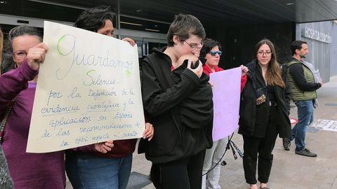 Concentración a las puertas del HUCA para protestar contra el ingreso forzado de una embarazada