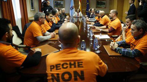 La ministra de Industria, Reyes Maroto, con el comité de empresa de Alcoa en A Coruña el pasado febrero en Galicia