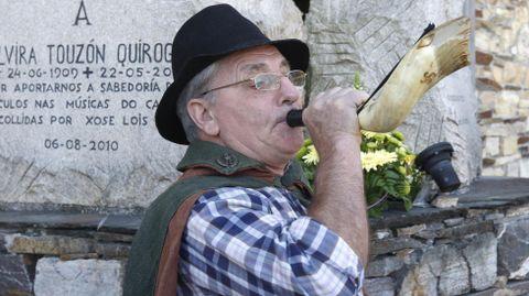 Xan de Vilar tocando o corno na presentación do Filandón de Músicas do Courel diante do monumento á cantora Elvira Touzón, nunha imaxe de arquivo