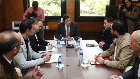 El presidente del Principado, Javier Fernández (c), recibe este viernes a los secretarios generales de UGT Asturias, Javier Fernández Lanero (3d); FICA-UGT, Jenaro Martínez (2d); CCOO de Asturias, José Manuel Zapico (2i); la Federación de Industria de CCOO, Damián Manzano; y el coordinador de la gestora de USO en Asturias, Juanjo Estrada (d), este viernes en Oviedo