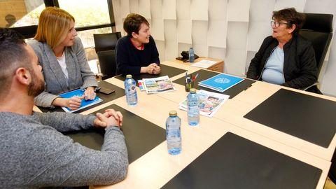 Carmen, que tiene acogidos a  tres nietos, charla con los técnicos del programa de apoyo de Aldeas Infantiles