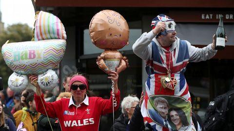 La gente celebra el nacimiento en el exterior del castillo de Windsor