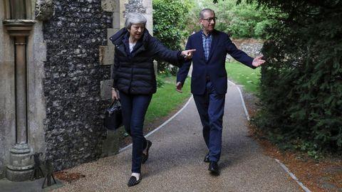 Theresa May y su marido, antes de asistir a la misa dominical en la localidad de Sonning