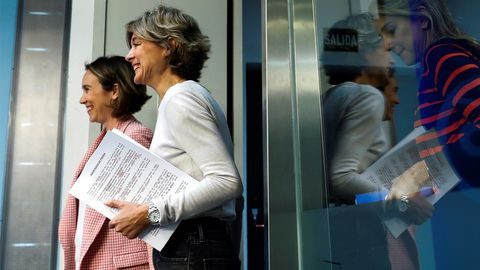 Cuca Gamarra, coordinadora de la campaña del PP, e Isabel García Tejerina,  vicesecretaria general de Acción Sectorial, en su primera ruada de prensa