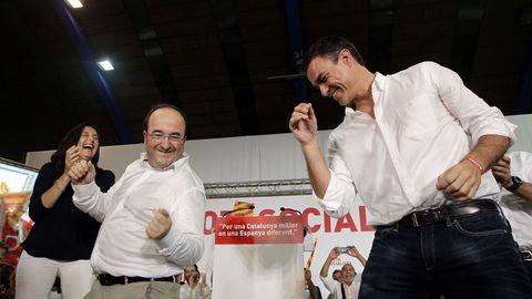 Iceta y Sánchez bailando durante un acto del PSC en Barcelona, en el 2015